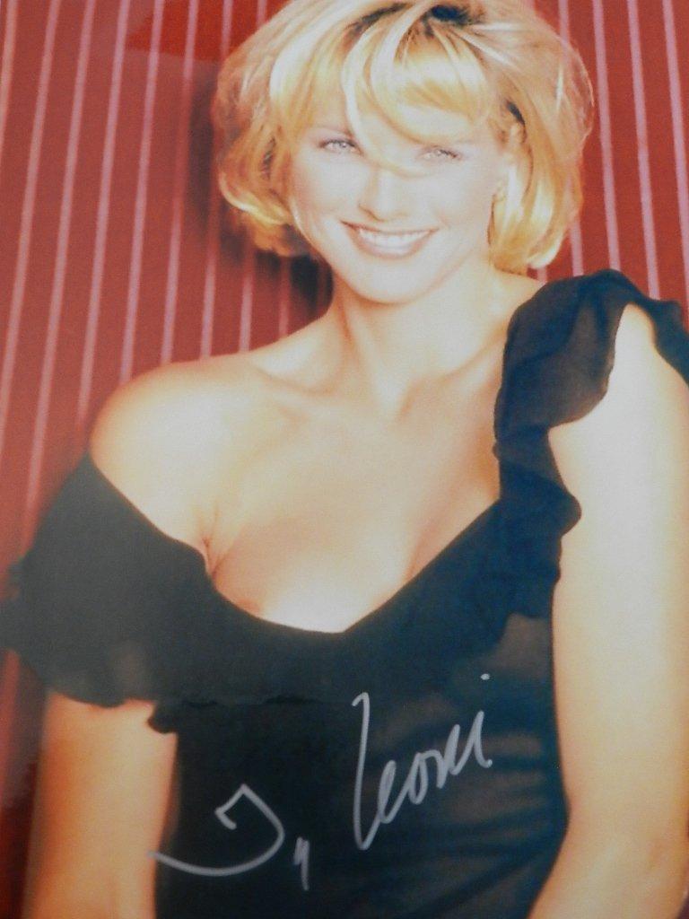 19: Tea Leoni Signed Photograph