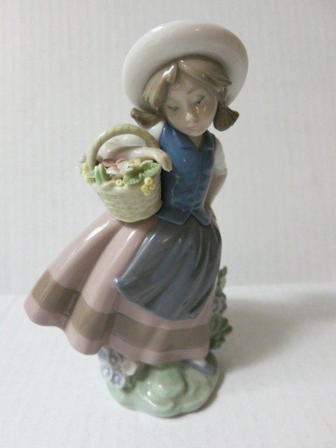 25: 1983 LLADRO,GIRL WITH FLOWER BASKET,SWEET SCENT,522
