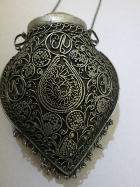145: FILIGREE VINTAGE,ANTIQUED METAL PURSE WITH CHAIN