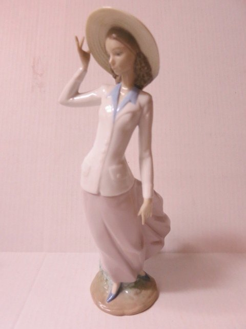 198: LLADRO, GIRL WITH HAT, BREEZY AFTERNOON, 5682
