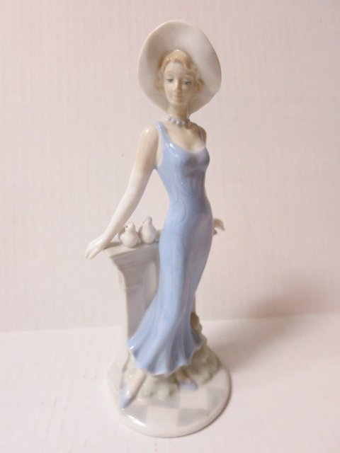 199: LLADRO STYLE, PORCELAIN, GIRL IN BLUE WITH DOVES
