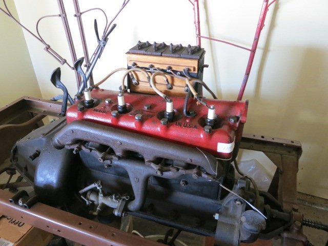 9: 1908 FORD MODEL T ENGINE MOUNTED ON RUNNING