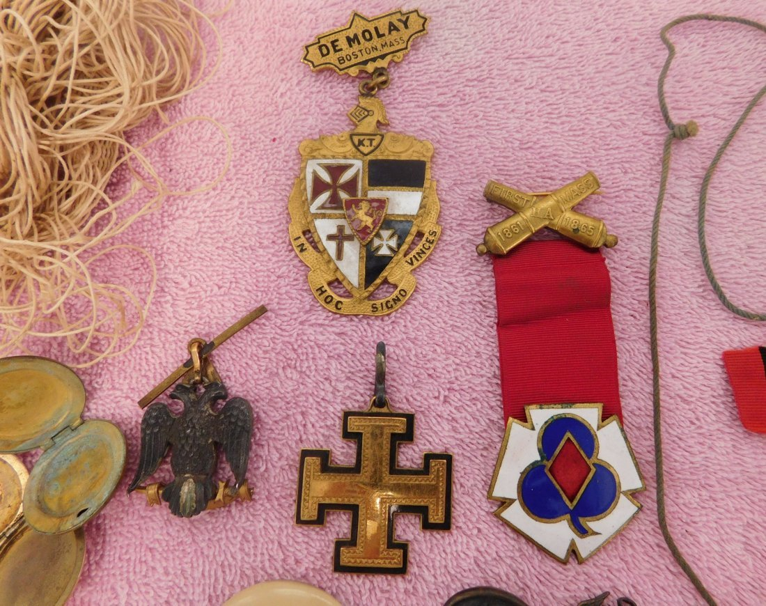 Collection of Civil War Medals & Buttons in Box - 9