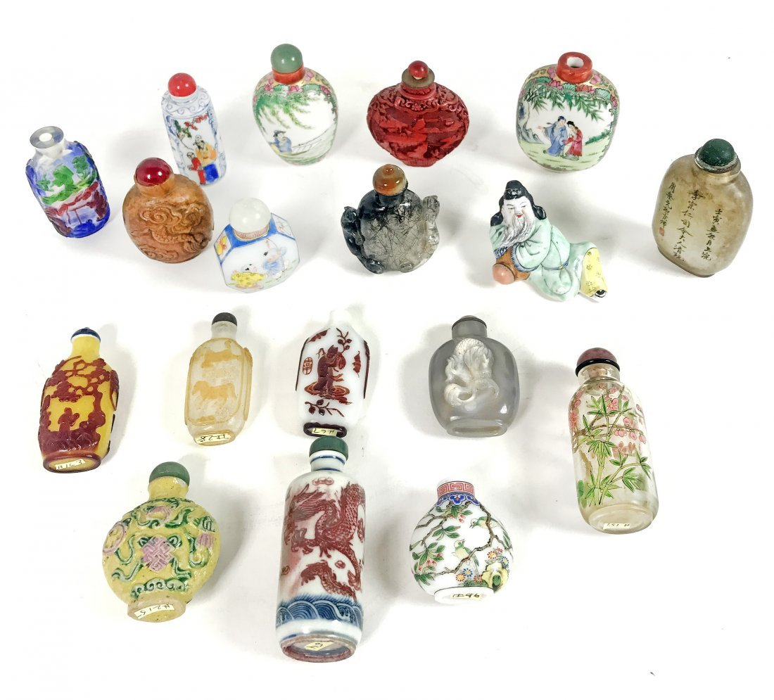 CHINESE SNUFF BOTTLES - A COLLECTION OF 18