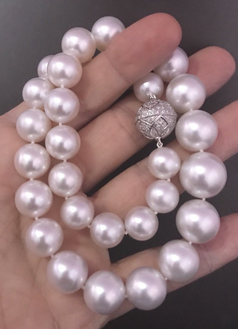 VERY FINE SOUTH SEA CULTURED PEARL DIAMOND NECKLACE