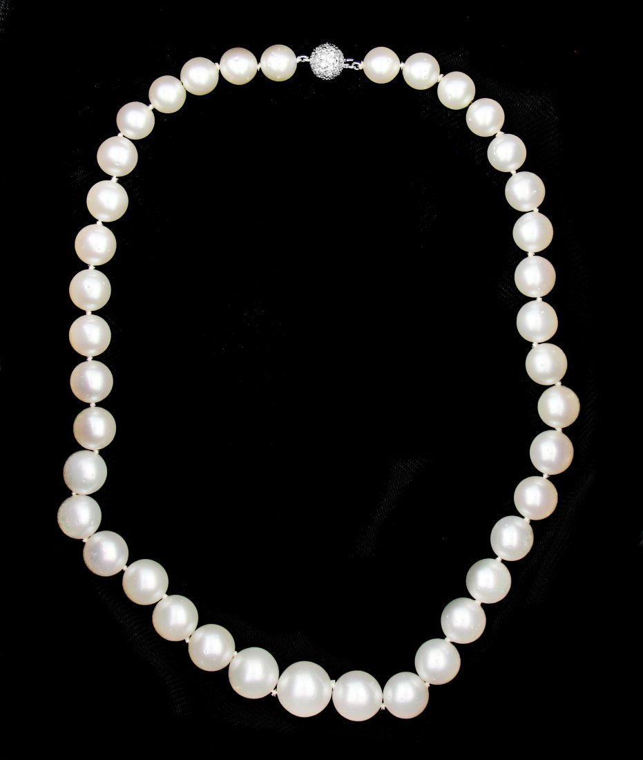 A FINE SOUTH SEA CULTURED PEARL NECKLACE