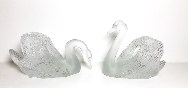 LALIQUE FRANCE, 20TH CENTURY LARGE PAIR OF SWANS