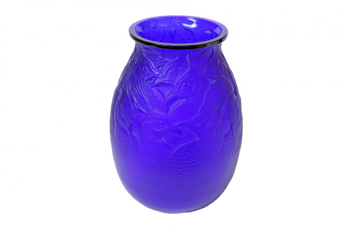 "R. Lalique Vase ""Borromee"", blue glass Circa 1928."