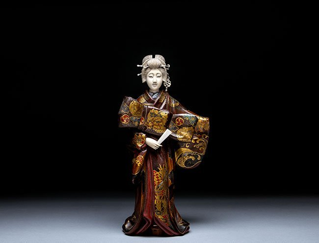 GOOD JAPANESE LACQUER AND IVORY FIGURE OF A BIJIN