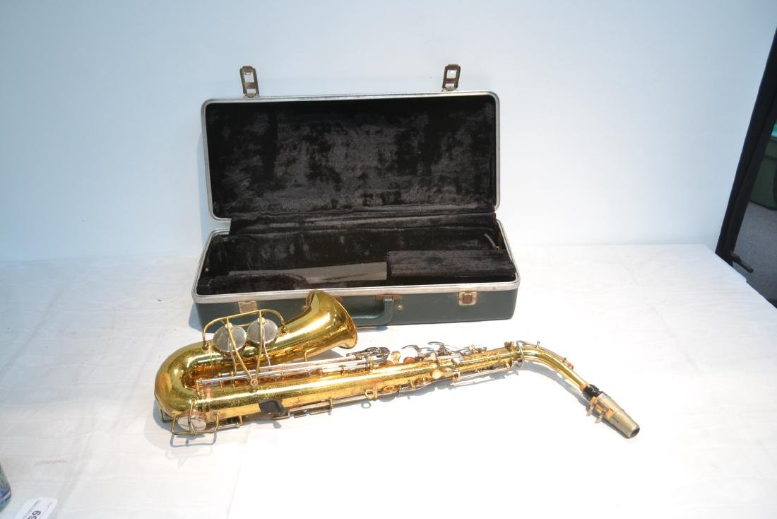 BUNDY SAXOPHONE IN PRESENTATION CASE - 9