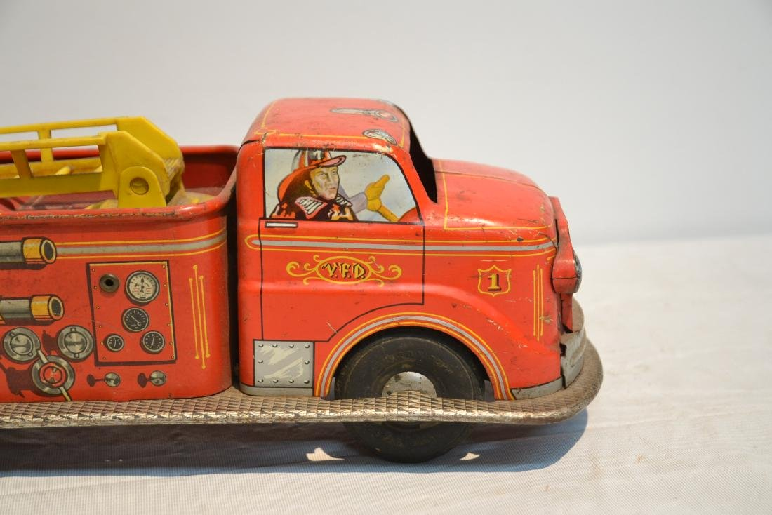 VINTAGE MARX BROS. LITHOGRAPHED TIN FIRE TRUCK - 3