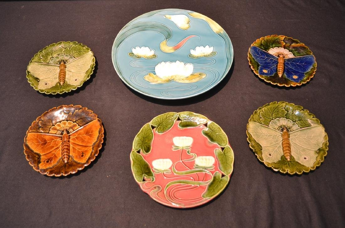 ASSORTED MAJOLICA PLATES TO INCLUDE