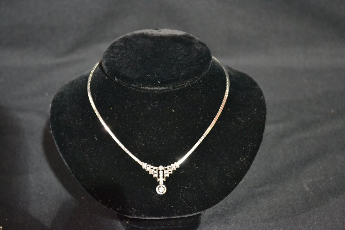 300E: 14kt WHITE GOLD DIAMOND NECKLACE WITH APPROX.
