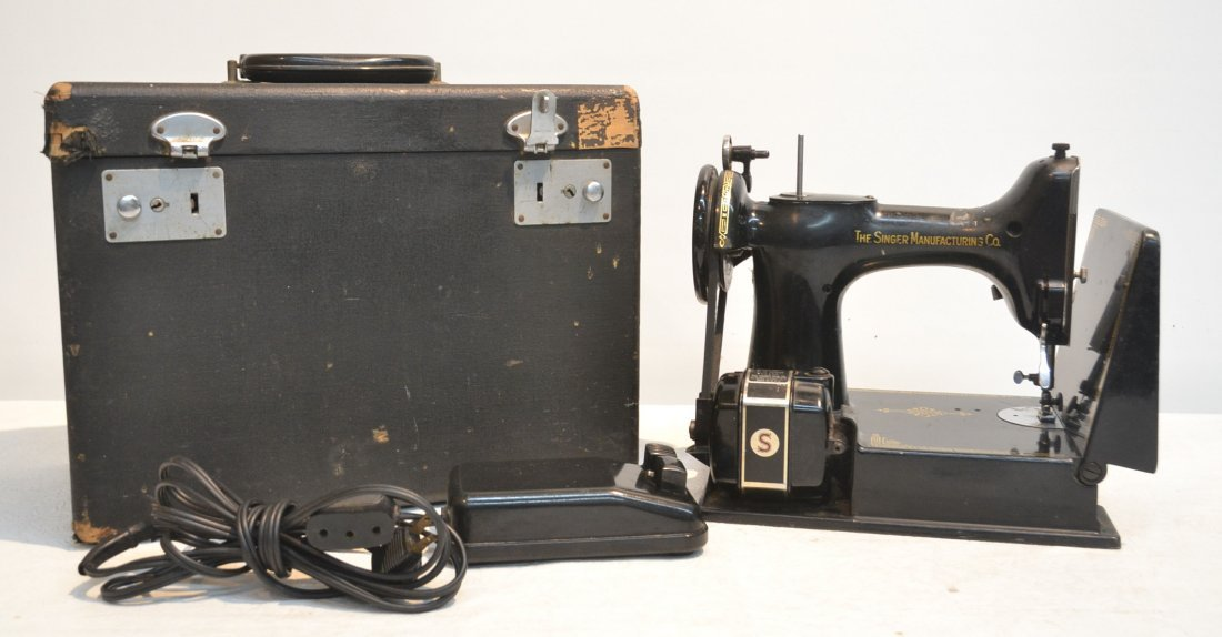 FEATHERWEIGHT SINGER SEWING MACHINE IN CASE