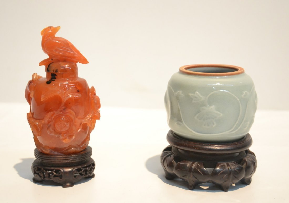 AGATE SNUFF BOTTLE & CELEDON ON STAND