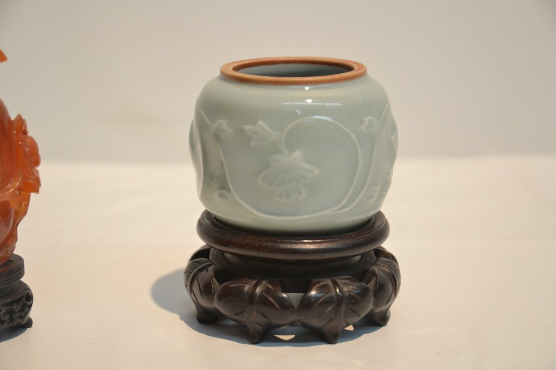 AGATE SNUFF BOTTLE & CELEDON ON STAND - 4