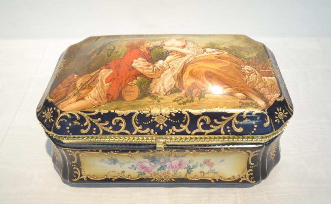 HINGED PORCELAIN DRESSER BOX WITH