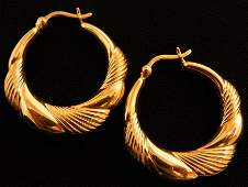Beautiful pair of 14k Gold Hoop earrings 3.1g