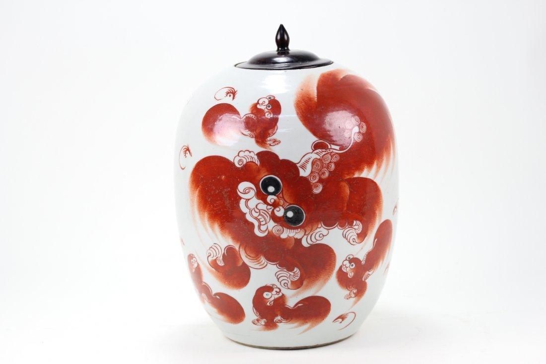 017: Chinese red iron porcelain lion jar