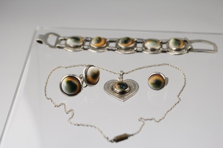 SILVER INSERTED CAT'S EYE SHELL JEWELRIES