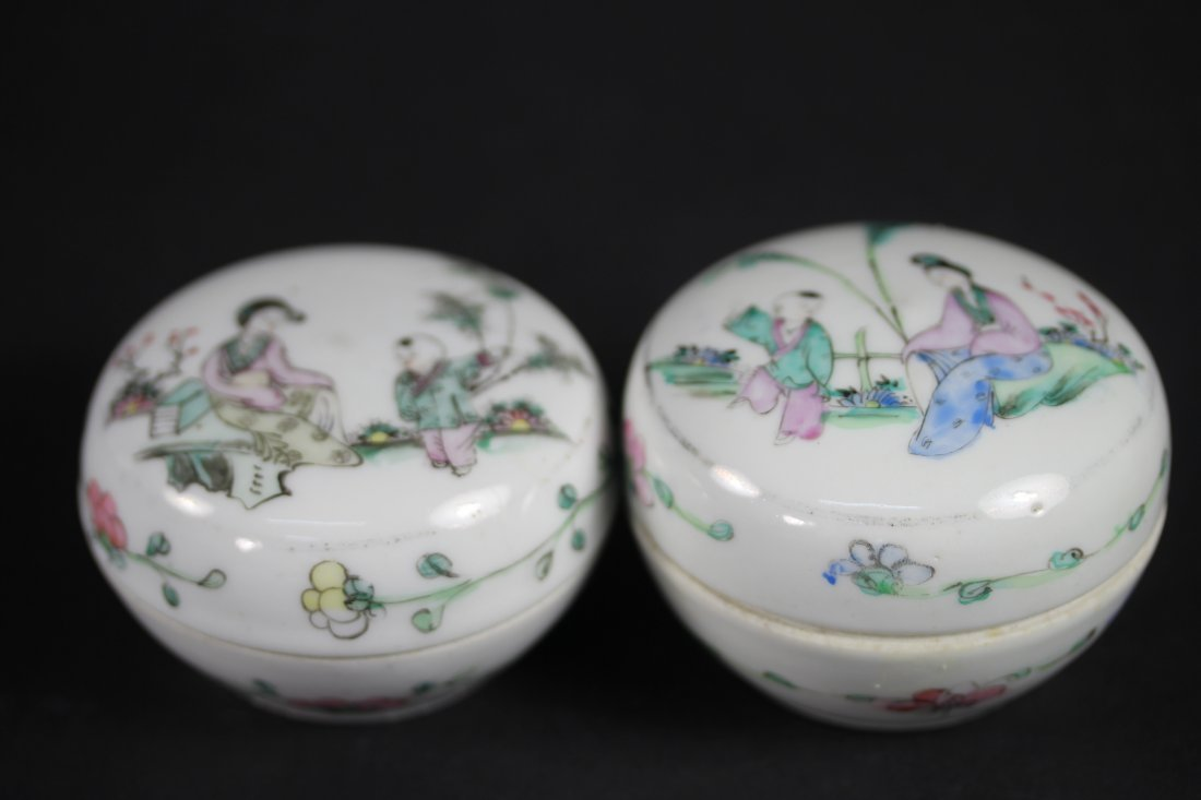 TWO FAMILLE ROSE PORCELAIN ROUND SEAL BOXES