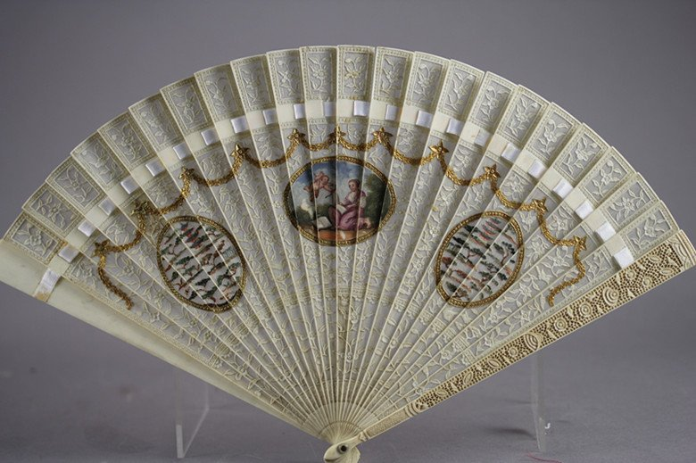 VERY REFINED IVORY CARVING HOLDING FAN