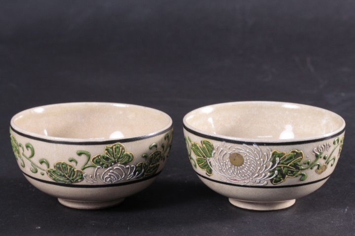 A PAIR OF JAPANESE FAMILLE ROSE SMALL BOWLS