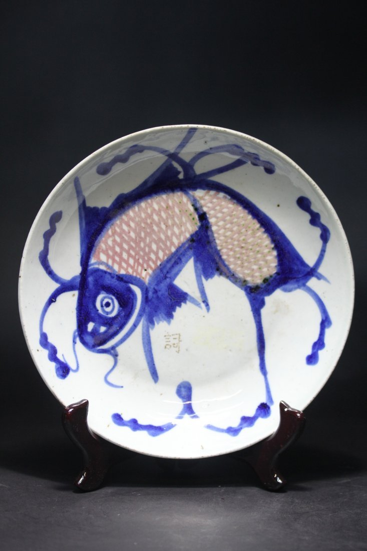 BLUE AND WHITE, UNDERGLAZED IRON-RED PORCELAIN PLATE.