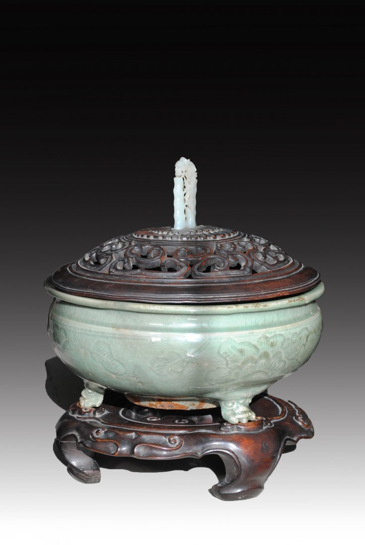 CELADON THREE FEETED CENSER, STAND AND COVER