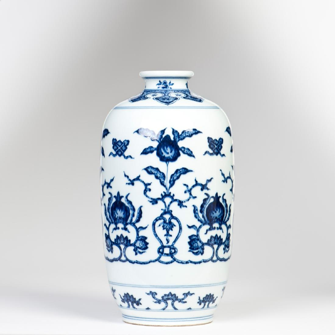 A BLUE AND WHITE PORCELAIN VASE TONGPING