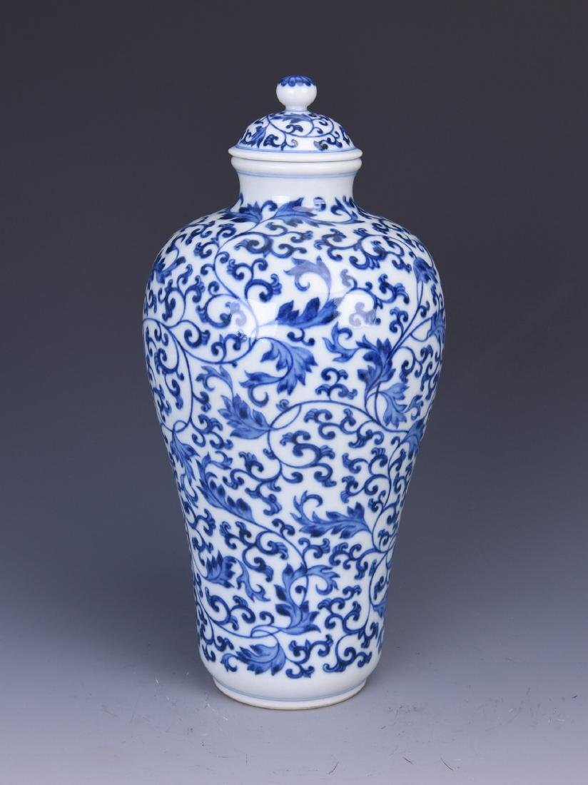 A BLUE AND WHITE PORCELAIN VASE WITH LOTUS TENDRILS