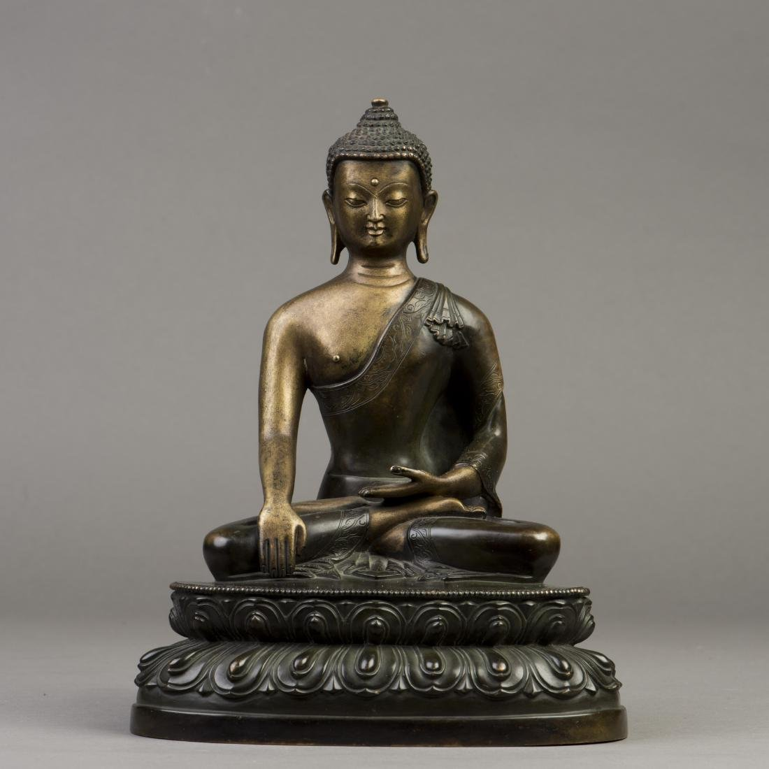 A GILT BRONZE SCULPTURE OF A BUDDHA