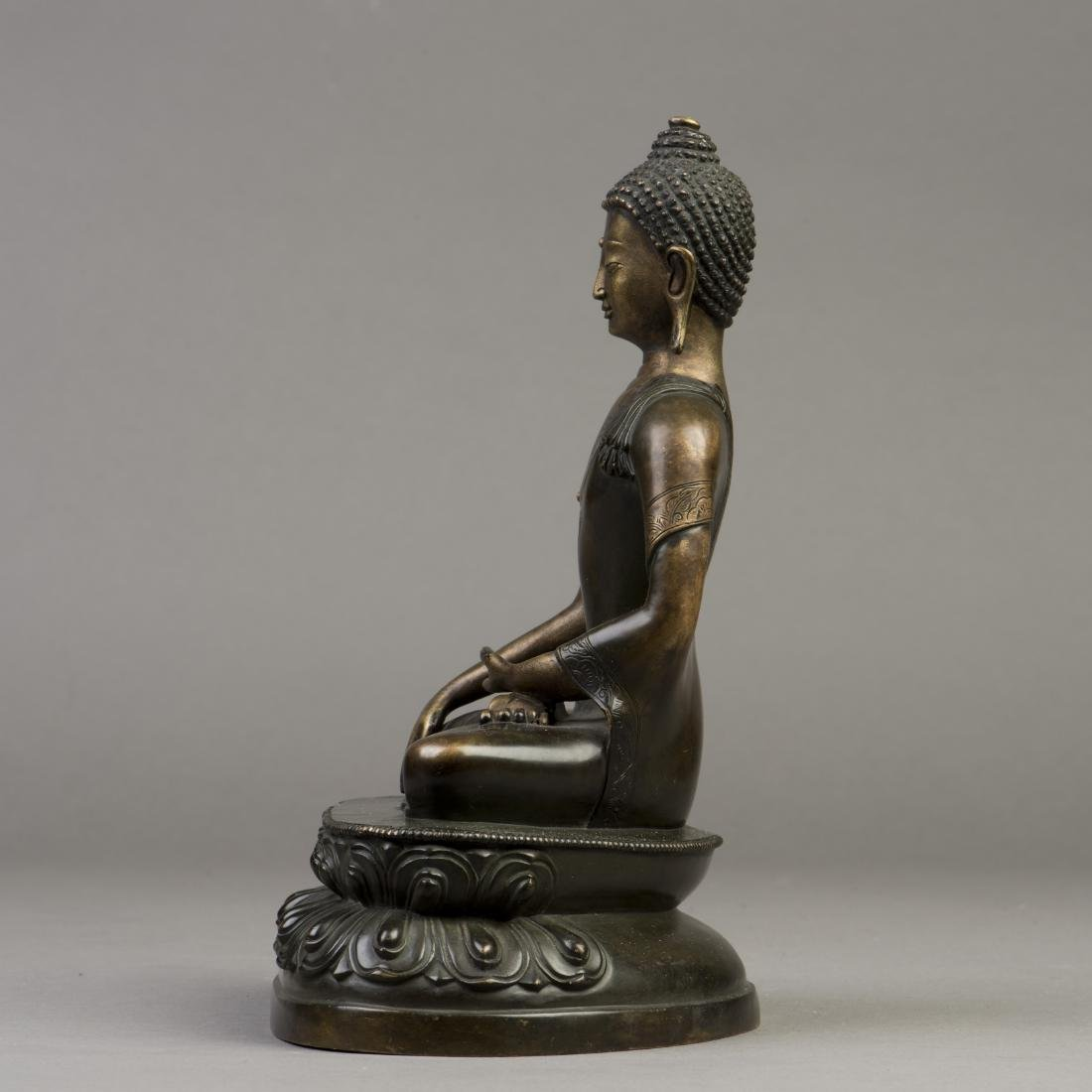 A GILT BRONZE SCULPTURE OF A BUDDHA - 2