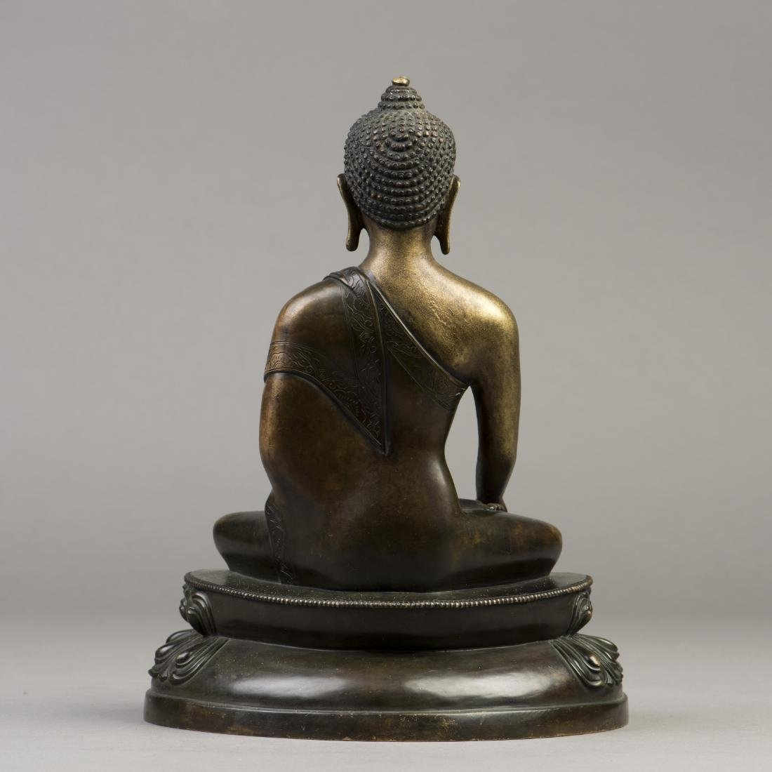 A GILT BRONZE SCULPTURE OF A BUDDHA - 3
