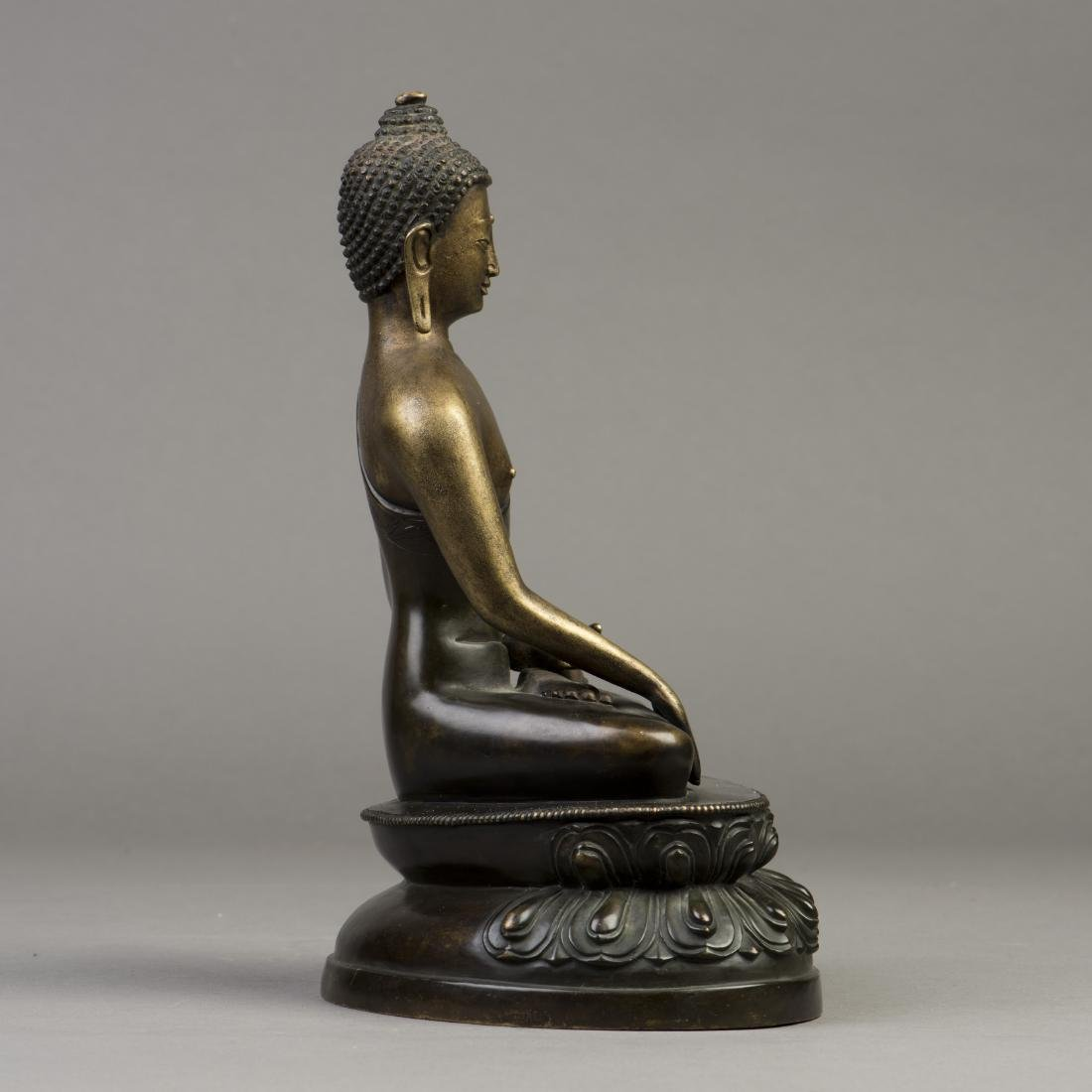A GILT BRONZE SCULPTURE OF A BUDDHA - 4