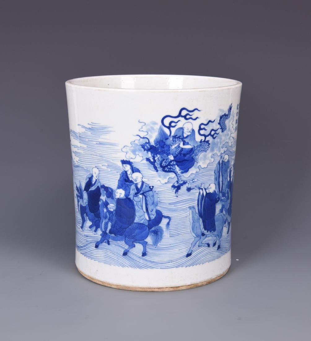 A BLUE AND WHITE PORCELAIN BRUSH POT - 7