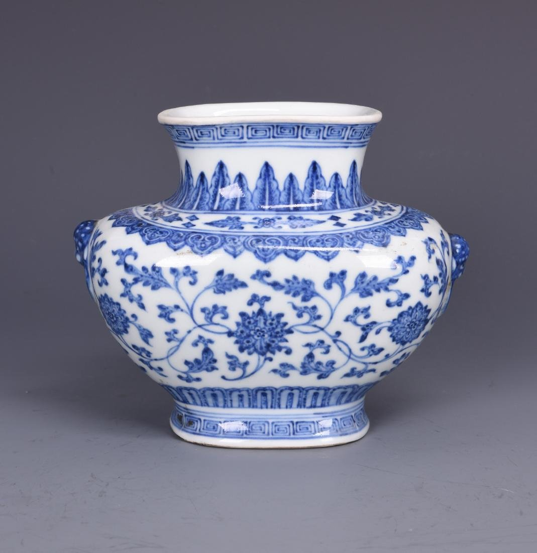 A BLUE AND WHITE PORCELAIN VASE