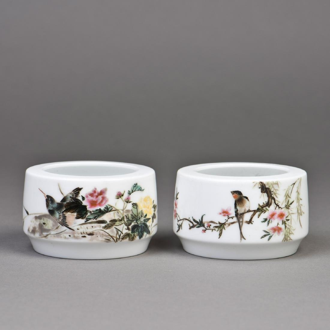 A PAIR OF CHINESE FAMILLE ROSE PORCELAIN BRUSH WASHERS