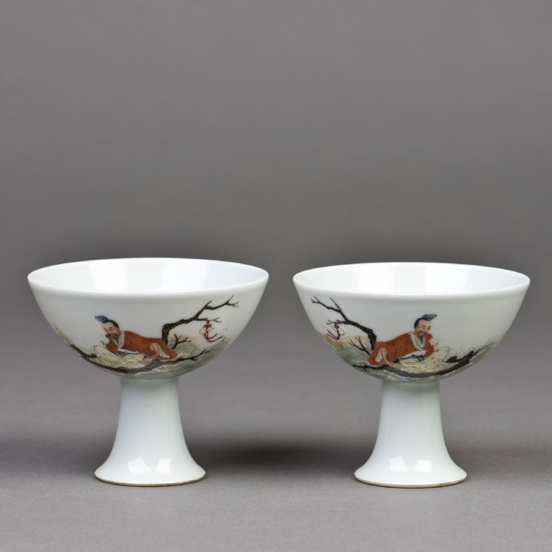 A PAIR OF FAMILLE ROSE PORCELAIN GOBLETS