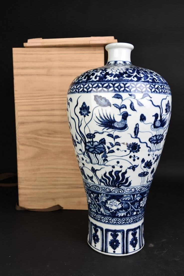 A BLUE AND WHITE PROCELAIN VASE, MEIPING