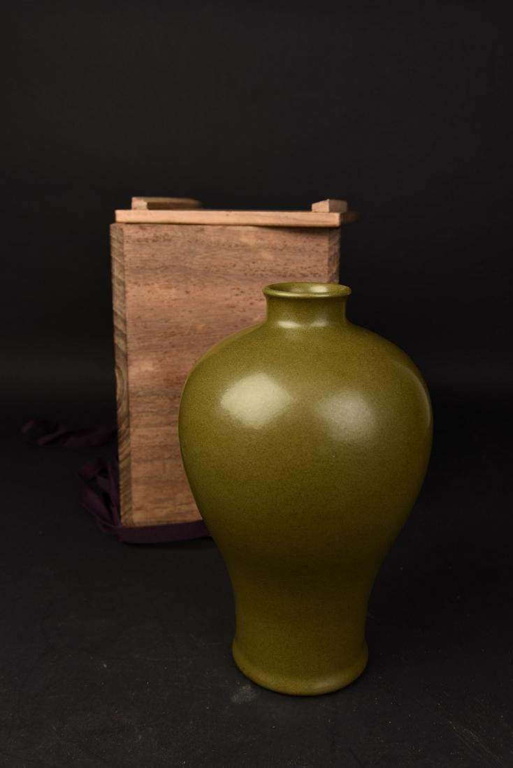 A TEA DUST GLAZED PORCELAIN VASE, MEIPING