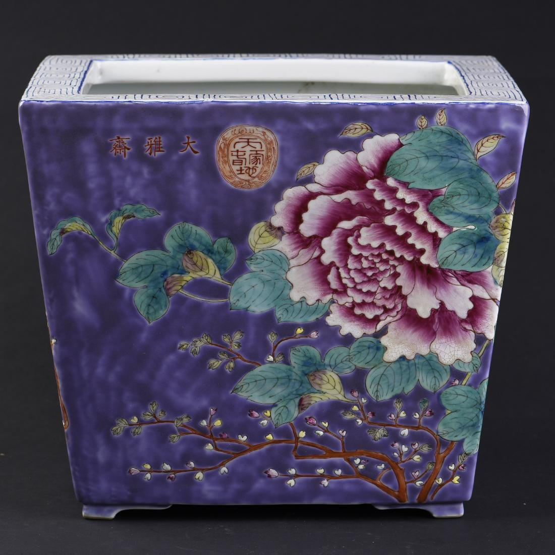 A CHINESE FAMILLE ROSE PORCELAIN FLOWER POT