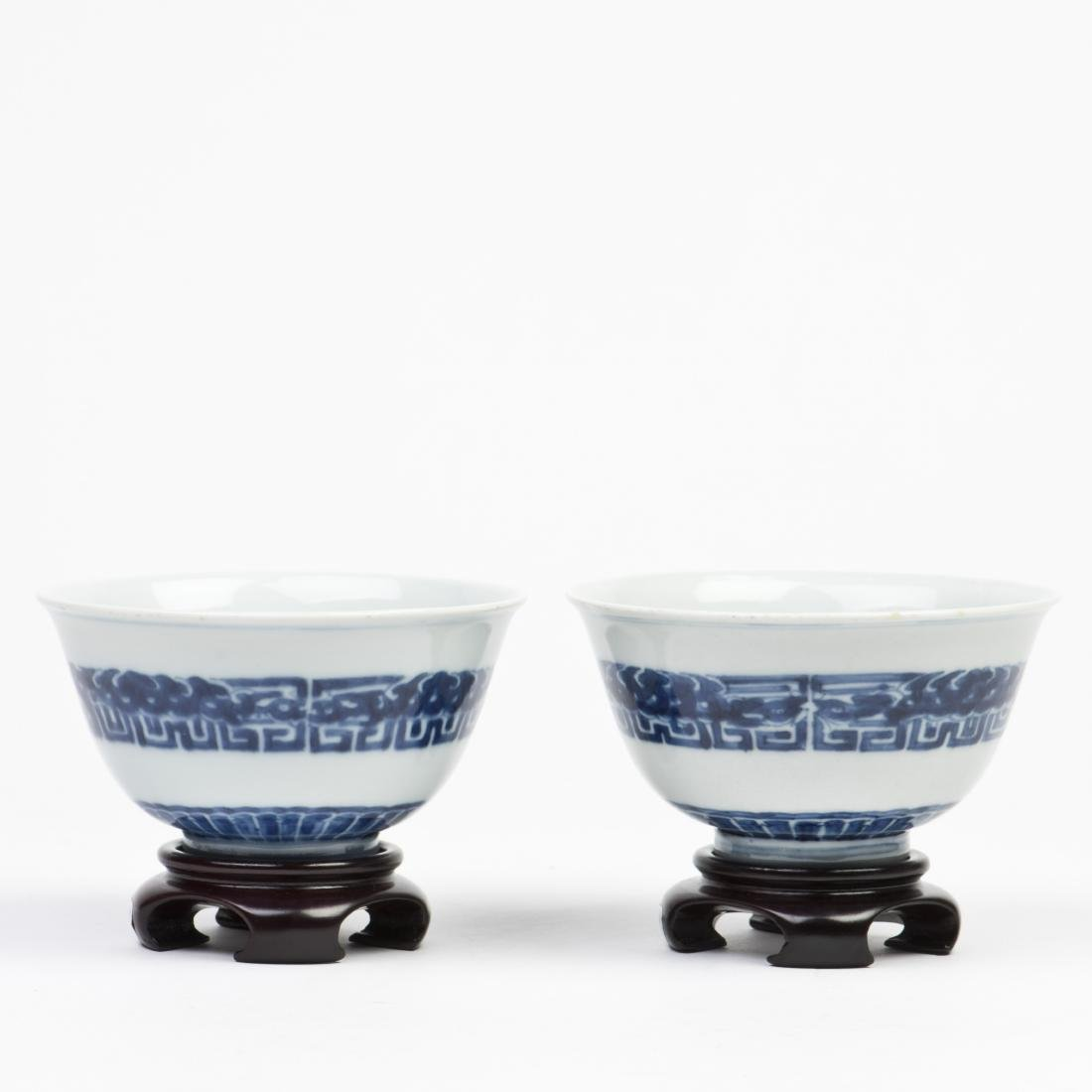 A PAIR OF BLUE AND WHITE BOWLS WITH STAND, 18TH CENTURY