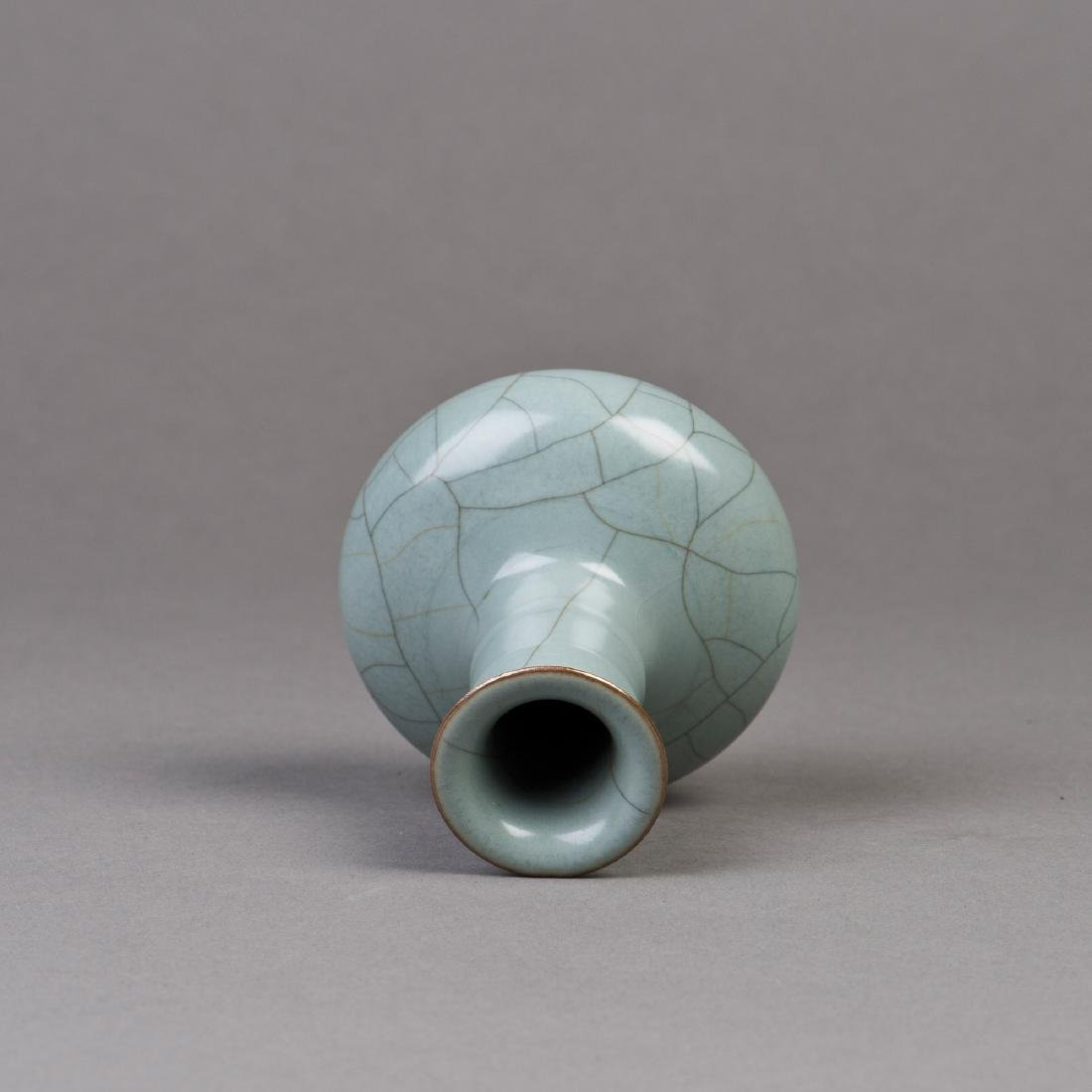 A CRACKLE-GLAZED PORCELAIN VASE - 3