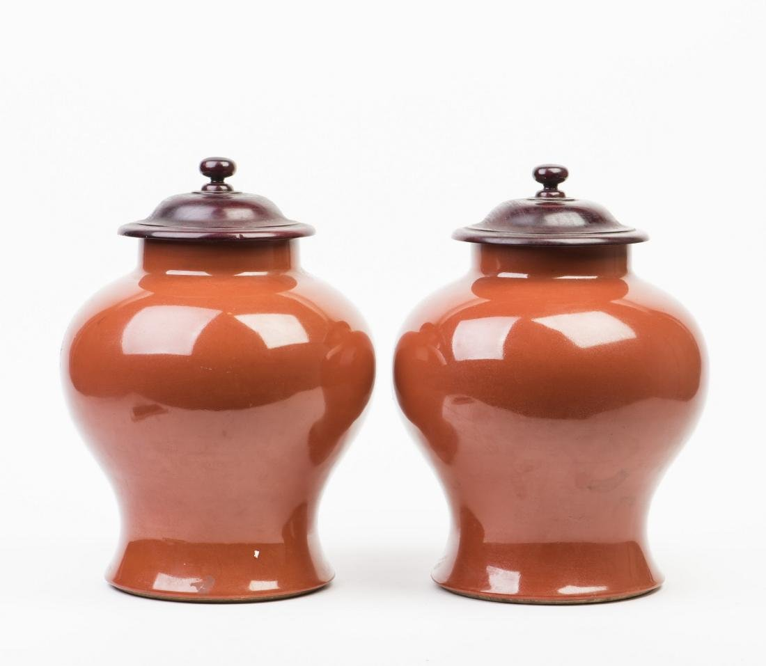 A SET OF TWO PORCELAIN VASES WITH WOODEN LID