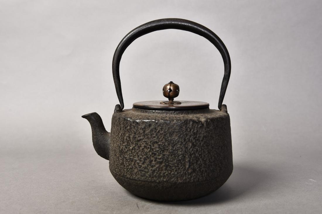 A JAPANESE TETSUBIN CAST IRON TEAPOT - 2