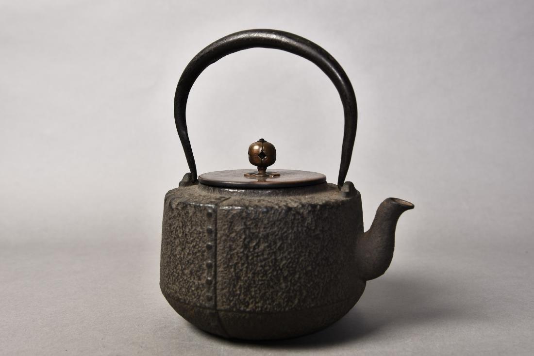 A JAPANESE TETSUBIN CAST IRON TEAPOT - 4