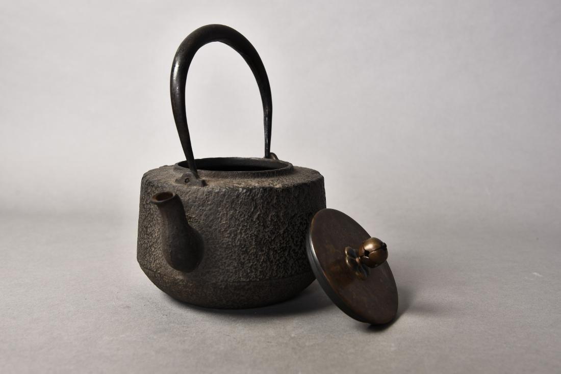 A JAPANESE TETSUBIN CAST IRON TEAPOT - 5