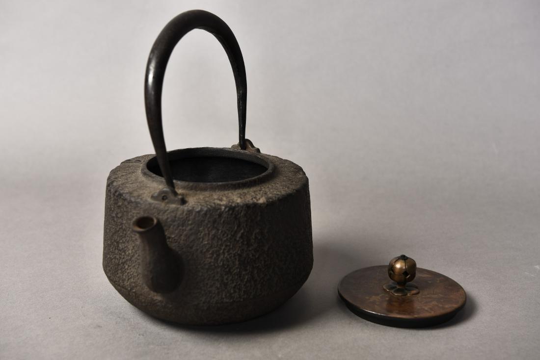 A JAPANESE TETSUBIN CAST IRON TEAPOT - 6