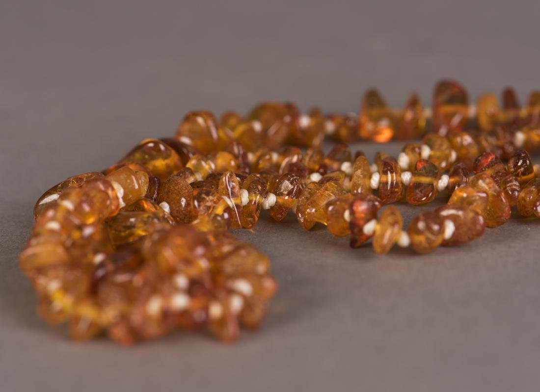 A STRAND OF SMALL BEADED BEESWAX NECKLACE - 2